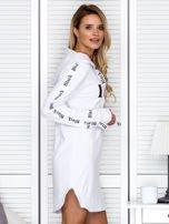 Sukienka dresowa z kapturem i nadrukiem biała                                  zdj.                                  6