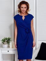 Sukienka kobaltowa z drapowaniem i ozdobnym kwiatem                                  zdj.                                  1