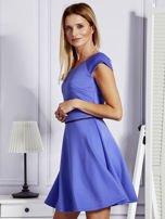 Sukienka koktajlowa z błyszczącym paskiem niebieska                                  zdj.                                  3