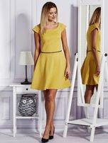 Sukienka koktajlowa z błyszczącym paskiem żółta                                  zdj.                                  4