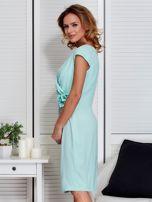 Sukienka miętowa z drapowaniem i ozdobnym kwiatem                                  zdj.                                  5