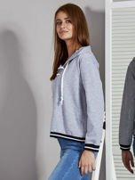 Szara bluza damska z kapturem i sznurowaniem                                  zdj.                                  3