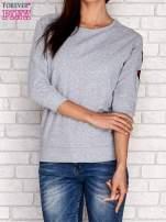 Szara bluza z naszywkami na rękawie