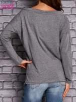 Szara bluzka z wiązaniem przy dekolcie i kieszenią                                  zdj.                                  4