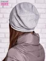 Szara czapka z surowym wykończeniem