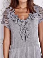 Szara dzianinowa sukienka z żabotem i ażurowymi rękawami