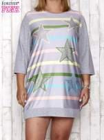 Szara sukienka dresowa z nadrukiem gwiazd PLUS SIZE