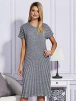 Szara sukienka w tłoczony wzór                                  zdj.                                  1