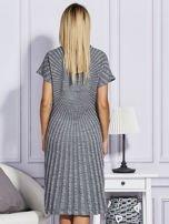 Szara sukienka w tłoczony wzór                                  zdj.                                  2