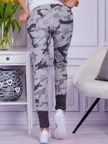 Szare spodnie dresowe moro z ukośnymi przeszyciami                                  zdj.                                  2