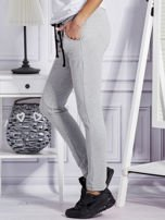 Szare spodnie dresowe z dwoma rzędami guzików                                  zdj.                                  3