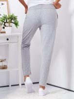 Szare spodnie dresowe z naszywkami                                  zdj.                                  2