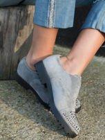 Szare zamszowe botki z ozdobną wstawką z przodu buta wysadzaną błyszczącymi dżetami                                  zdj.                                  2