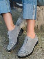 Szare zamszowe botki z ozdobną wstawką z przodu buta wysadzaną błyszczącymi dżetami                                  zdj.                                  3
