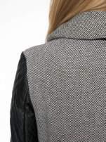 Szary melanżowy płaszcz  ze skórzanymi pikowanymi rękawami                                  zdj.                                  8