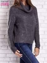 Szary sweter oversize z luźnym golfem