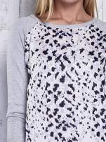 Szary sweter z kolorową wstawką                                  zdj.                                  6