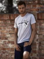 Szary t-shirt męski z nadrukiem napisów i cyfrą 9