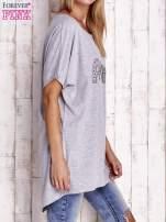 Szary t-shirt z biżuteryjnym napisem AMORE                                                                          zdj.                                                                         3