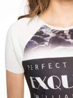 Szary t-shirt z nadrukiem pejzażu i napisem EXQUISTE z dżetami                                  zdj.                                  5