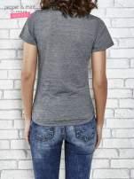 Szary t-shirt z naszywkami                                  zdj.                                  4