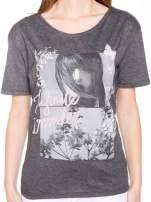 Szary t-shirt z romantycznym nadrukiem dziewczyny                                  zdj.                                  7