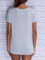 Szary t-shirt z trójkątnym dekoltem                                  zdj.                                  2