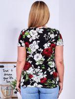 T-shirt czarny w kontrastowe kwiaty PLUS SIZE                                  zdj.                                  2