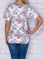 T-shirt damski w motywy kwiatowe z kieszonką                                  zdj.                                  2