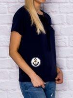 T-shirt damski z wiązaniem i naszywkami granatowy                                  zdj.                                  3