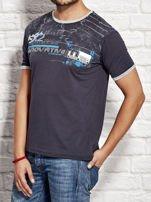 T-shirt męski z tekstowym nadrukiem granatowy                                  zdj.                                  3