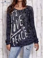 TOM TAILOR Granatowy sweter z literowym nadrukiem i cekinami                                  zdj.                                  1