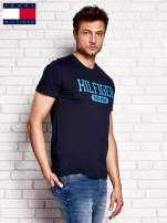 TOMMY HILFIGER Granatowy t-shirt męski z napisem HILFIGER DENIM                                  zdj.                                  2