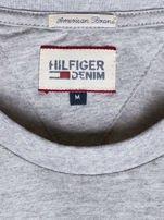 TOMMY HILFIGER Szara bluzka męska z tekstowym napisem                                  zdj.                                  6