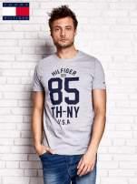 TOMMY HILFIGER Szary t-shirt męski z napisem 85                                  zdj.                                  1