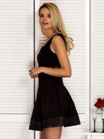 Trapezowa sukienka koktajlowa z zakładkami czarna PLUS SIZE                                  zdj.                                  3