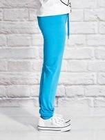 Turkusowe spodnie dresowe dla dziewczynki z napisem FOLLOW MY FEET                                  zdj.                                  3