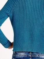 Turkusowy sweter cropped z rozporkami                                                                          zdj.                                                                         6