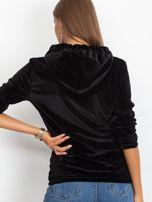 Welurowa bluza z kapturem i aplikacją czarna                                  zdj.                                  2