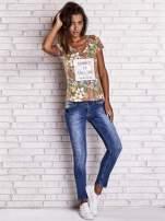 Wzorzysty t-shirt floral z napisem SUMMER IS CALLING                                  zdj.                                  4