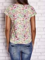Wzorzysty t-shirt z motywem roślinnym i napisami                                                                          zdj.                                                                         4