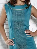 Zielona dopasowana sukienka z pionową aplikacją