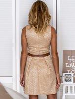 Złota sukienka koktajlowa o wyrazistej fakturze                                   zdj.                                  2