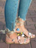 Złote sandały z kolorowymi pomponikami wiązane wokół kostki rzemykiem z ozdobnym chwostem                                  zdj.                                  3