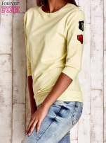 Żółta bluza z naszywkami na rękawie