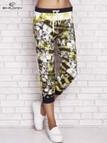 Żółte spodnie capri z nadrukiem motyli                                  zdj.                                  1