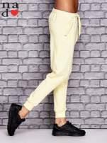 Żółte spodnie dresowe z zasuwaną kieszonką                                  zdj.                                  3