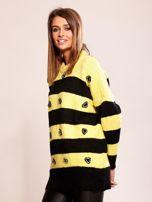 Żółty sweter oversize w paski z aplikacją                                  zdj.                                  3