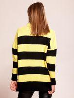 Żółty sweter oversize w paski z aplikacją                                  zdj.                                  2