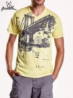 Żółty t-shirt męski z miejskim nadrukiem                                  zdj.                                  4